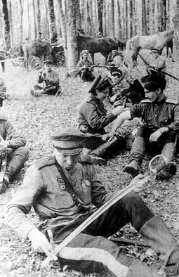 Кавалеристы 5-го гвардейского кавкорпуса на отдыхе...