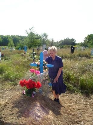 На могиле отца ( братская могила), х. Верхнеобливский