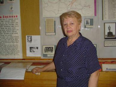 Дочь Кучеренко Б.М. в школьном музее ст. Верхнеобливской около стенда, посвящённого её отцу